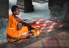 ការអធិស្ឋាន (aitortxugomez) Tags: cambodia colour child costume angkor temple siemreap
