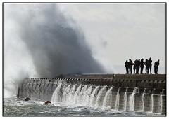 Jeu dangereux -  Dangerous game (diaph76) Tags: extérieur france normandie seinemaritime lehavre eaudemer seawater personnes people digue dam vague wave tempête storm embruns spray silhouettes photographes