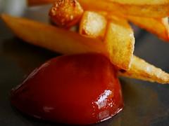 Pommes 'Bloody Mary' (BeMo52) Tags: condiment essig food gewürze glucosesirup highpressurehomogenisation kartoffel ketchup macro macromondays makro pommesfrites spices tomatenmark zucker fastfood essen imbiss potatoe