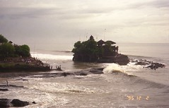 Pura Tanah Lot (Pierre♪ à ♪VanCouver) Tags: indonesia temple wave indonésie cloud nuage 波 雲 analog 35mmfilm island バリ島 hindu