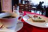 Cherchez l'incohérence ! (8pl) Tags: gâteau café boisson matin terrasse tirana vaisselle scène extérieur sucrier tasse services cendrier interdictiondefumer chaises table rouge