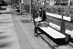 Apuntes de una vida (no sabemos cómo llamarnos) Tags: street streetphotography photoderue fotourbana fotocallejera urbanphotography banco banc bench woman mujer femme lectora lectrice reader blancoynegro blackandwhite noiretblanc monochrome monocromático