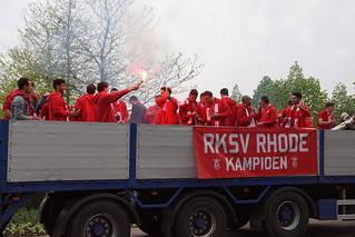 Rhode 1 Kampioen in de 2e klasse. Op de platte kar door Rooi