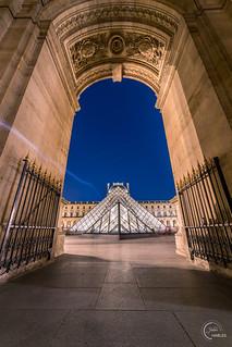 Les pyramides du Louvre depuis le passage Richelieu