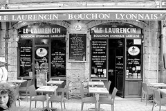 Trop bon (ZUHMHA) Tags: lyon france totalphoto monochrome street rue urban urbain restaurant bouchonlyonnais lelaurencin bouchon letter lettre mot word sign texte text écriture chaise chair terrasse table people personnes human humain gens glass vitree reflet reflection