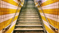 Berliner Winter 3 (Antiteilchen) Tags: ubahnhofkonstanzerstrasse konstanzerstrasse wilmersdorf u7 kacheln geländer grau yellow gelb metal metall stone stein stairway treppe deutschland germany berlin