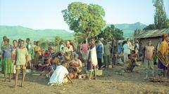 Ethiopia : Kibish, market day (foto_morgana) Tags: africa afrika afrique analogphotography analogefotografie ethiopia kibish lightroom market nikoncoolscan omovallei omovalley outdoor people photographieanalogue topazstudio travelexperience vallebajodelomo valléedelomo vuescan