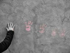 Impressions (Riccardo Palazzani - Italy) Tags: hand print pink fingers arm handprint braccio mano bambino child kid grey grigio wall muro lombardei ロンバルディ 伦巴第大区 lombardie ломбардия lombardia لومباردي 롬바르디아 italia italie italien italy 이탈리아 италия itália italië イタリア italya 意大利 إيطاليا riccardo palazzani veridiano3 olympus omd em1 brescia leonessa