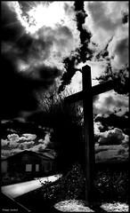 Ruillé en Champagne (Sarthe) (gondardphilippe) Tags: ruilléenchampagne s sarthe maine paysdelaloire noiretblanc blackandwhite bw monochrome noir black blanc white croix cross ombre shadow extérieur outdoor nuages clouds ciel sky