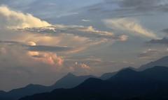 Farallones de Cali y pico de loro (@Engalochadox) Tags: cali colombia panorama paisaje paisajismo valle valledelcauca cerro atardecer naranja