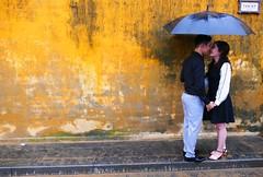 Love Love Love (Le.Patou) Tags: vietnam hoian hộian asie asia voyage travel street amour love amoureux lover portrait picture jaune yellow ochre ocre fiancaille engagement parapluie umbrella scènederue streetview streetscene