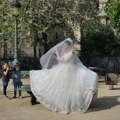 The Turkish bride under the veil (pivapao's citylife flavors) Tags: paris france people notredame girl wedding children