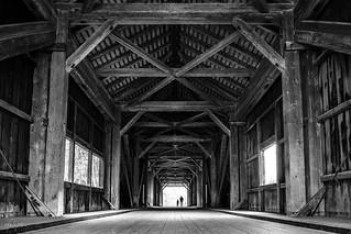Vater und Sohn - Über die Holzbrücke
