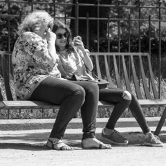 partager c'est aimer (every pixel counts) Tags: 2018 femmes women paris park eu capital street bw everypixelcounts blackandwhite square 11 bench france smartphone mobiledevice spring printemps blackwhite cellularphone celular mobile móvil jardindesplantes people