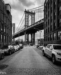 Puente de Manhattan (Perurena) Tags: puente brigde arquitectura ingeniería cables cielo nubes sky clouds blancoynegro blackandwhite bw luces lights calle street adoquines cobblestones edificios buildings brooklyn nuevayork estadosunidos
