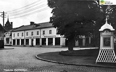 tm_6993 - Tidaholm (Tidaholms Museum) Tags: svartvit positiv exteriör byggnad tidaholm torg stadsvy affärsbyggnad telefonkiosk järnaffär
