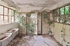 Urbex ✧ Red Cross, 2018 (Marie l'Amuse) Tags: urban exploration urbaine urbex vieux old abîmé decay oublié forgotten interdit forbidden pensionnat boarding school cross vintage nikon fenetre window lumiere light religion religious religieux salle bains bathroom nature green vert lierre ivy vegetation italie italy italia esplorazione abbandonato d7200 symétrie symmetry 2018 red