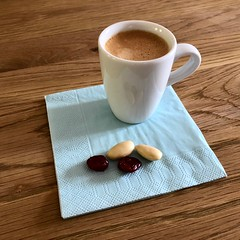 Cranberries - almonds - Espresso (frankdorgathen) Tags: tisch holz wood table smartphone iphone iphone8plus stillleben stilllife mandel kaffee coffee espresso almond cranberries