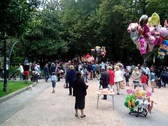 2013-09-14_19-15-51 (LuJaHu) Tags: oviedo fiestasdesanmateo asturias españa spain parque calle callejera street arbol fiesta gente globos
