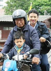 family on a motorcycle (the foreign photographer - ฝรั่งถ่) Tags: three people grandfather daughter grandson motorcycle bridge khlong thanon portraits bangkhen bangkok thailand