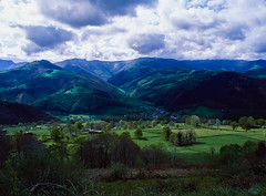 Valles pasiegos, Cantabria. (fcuencadiaz) Tags: analogica fotografiaargentica film formatomedio diapositiva diapositivasescaneadas velvia vallespasiegos cantabria plustek objetivosfijos objetivosmanuales brónica paisajes