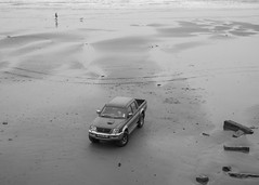 Scarborough - Beach Pickup (Tony McLean) Tags: ©2018tonymclean scarborough northyorkshire streetphotography streetscenes blackwhite monochrome leicamonochrom leica50summiluxasph