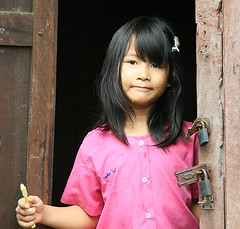 girl with a toothbrush (the foreign photographer - ฝรั่งถ่) Tags: girl doorway toothbrush wooden house khlong thanon portraits bangkhen bangkok thailand canon