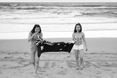 Manly Beach, Sydney 2018  #722 (lynnb's snaps) Tags: 35mm apx100 manly rodinal bw beach blackandwhite film people rangefinder leicaiiic leicafilmphotography ishootfilm agfaapx100 2018 girls manlybeach sydney australia bianconegro bianconero blackwhite biancoenero blancoynegro monochrome schwarzweis noiretblanc happy smile laugh laughing towel beachtowels surf ocean coast