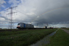 KombiRail Europe B.V. 186 449-5 met matig beladen containertrein op de Betuweroute bij Angeren 30-04-2018 (marcelwijers) Tags: kombirail 186 4495 met matig beladen containertrein op de betuweroute bij angeren 30042018 europe bv 449 91 80 6186 drpool betuwe route tren trein trenes train railroad bombardier traxx f140 ms