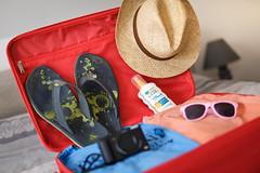 Départ en vacances (G. Regisser Photographie) Tags: départ en vacances soleil bagage sac valise chapeau livre tong lunettes crème solaire rouge blanc jaune bleu