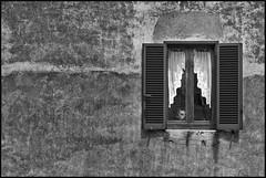 Lo sguardo oltre la finestra (carlo tardani) Tags: sorano grosseto maremmatoscana finestra sguardo bianconero blackandwhitephotos nikond4s aoi elitegalleryaoi bestcapturesaoi aoi3levels