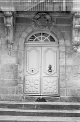 Porte d'immeuble rue Kervégan - 2 (Yann BRESSON) Tags: porte rue nantes hp5 rolleixf35 façade