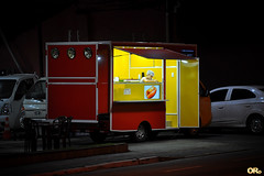 Hot Dog girl (Otacílio Rodrigues) Tags: trailer truck foodtruck lanche snack rua street noite night luzes lights carros cars garota girl candid urban resende brasil oro
