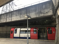 Jubilee line train 96004 at Canning Town waiting for departure (Aaron Ubasa) Tags: eastlondon iphone7plus londontransport londonuk design architecture railphotography trainphotography infrastructure transportation publictransport transport public tubetrains train trains 1996tubestock londonunderground london tubestation jubileeline canningtown