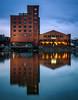 Groß & klein (tosch_fotografie) Tags: blaue stunde spiegelung fassade sonnenaufgang wasser kanal hafen speicher beleuchtung klinker fenster morgenstunde morgens früh licht olympus omd em1