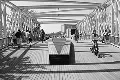 Un puente (Lograi) Tags: barcelona cataluña catalunya catalonia españa espanya spain geoetiquetada geotagged puente bridge gente people bicicleta bike bw blancoynegro byn blackandwhite blackwhite bn