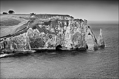étretat (heavenuphere) Tags: étretat lehavre seinemaritime normandie normandy france europe landscape pebble beach chalk cliffs natural arch englishchannel english channel lamanche view sea water bw 24105mm