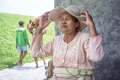 Ibu Puji (kuuan) Tags: indonesia voigtländersnapshotskoparf425mm manualfocus mf voigtländer 25mm skopar f425mm apsc nex5n portrait solo surakarta street java woman laugh ibupuji bekonang jemurkain