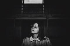 (Mishifuelgato) Tags: adela simetria nikon d90 50mm 18 alicante interior photography fotografía retrato blackandwhite blancoynegro portrait mujer woman pickoftheday photooftheday portraitphotography portraiture nikonphotography bw art arte artistic artística gafas glasses artístico