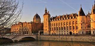 à gauche Greffe du Tribunal de Commerce de Paris , au centre Pont au Change , à droite Conciergerie