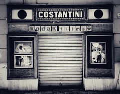 Costantini (Corbicus Maximus) Tags: photography mobile snapseed italy senigallia 6s iphone monochrome mono film kodak photographer front shop