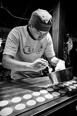Pancakes (GavinZ) Tags: asia street taipei taiwan travel people cooking chef pancake bw bnw blackandwhite night 鐃河夜市 夜市