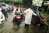 Chaparron post-monzonico (Nebelkuss) Tags: myanmar mandalay asia birmania burma agua water lluvia rain moto bike gente people callejeras street fujix70
