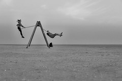 [untitled  -  St. Peter-Ording / April 2018] (querformat-fotografie) Tags: achimkatzberg unposed streetphotography beach strand graphic art sandkasten coreographyofcoincidence querformatfotografie people spo germany blackandwhite mainz europe strassenfotografie strandmomente choreografiedeszufalls strandgut beachmoments lines stpeterording schwarzweis gegendenwind zufall fotografie alltagssituation candid