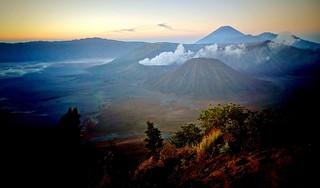 INDONESIEN, Java, Sonnenaufgang am Gunung BROMO  mit Caldera, (serie), 17402/9952