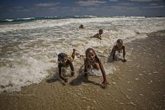 PLAGE DE GUANABO: JEUX D'ENFANTS (pierre.arnoldi) Tags: cuba guanabo plage mer sable pierrearnoldi photographequébécois enfants jeux canon6d objectiftamron