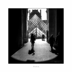 Paris n°196 (Nico Geerlings) Tags: silhouette paris france ngimages nicogeerlings nicogeerlingsphotography leicammonochrom 28mm elmarit louvremuseum museedulouvre passage richelieu blackandwhite streetphotography