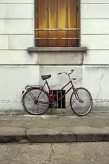 Sans titre / Degreeless (Joseff_K) Tags: bike bicycle velo bicyclette mur wall paris oldbike vieuxvelo diapositive leica film inversible ektachrome leicacl kodakektachrome100 100asa