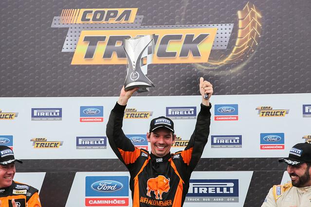 Festa de Giuliano Losacco na corrida 2 em Cascavel - Foto: Vanderley Soares/Copa Truck