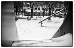 """""""Je garde de la neige dans un coin de mon âme"""" (yoannpupat) Tags: konicaautos3 argentique lyon fomapan400 filmisnotdead ishootfilm analog blackandwhite noiretblanc neige parc enfant 35mmfilm"""